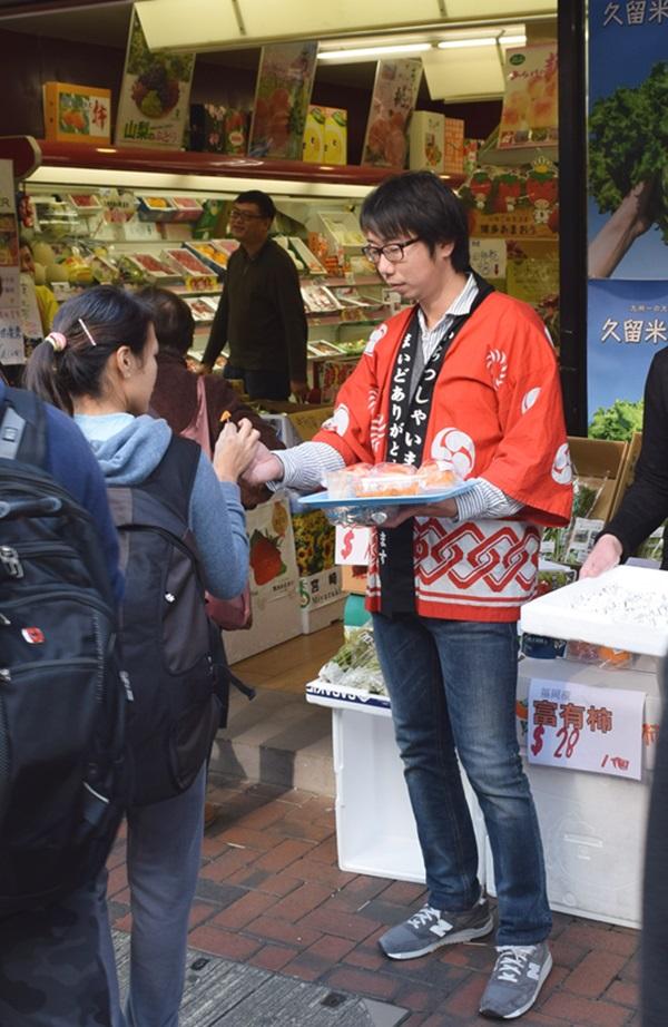 香港で野菜の試食販売